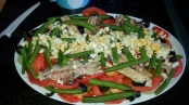 Le añadimos los pepinillos, aceitunas y un huevo cocido por encima de los filetes de sardinas