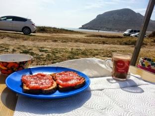 Desayuno:pan con tomate y cafe con leche