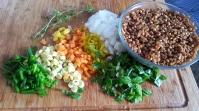 Ingredientes:cebolla,judias amarillas,pimiento amarillo,hierbas,cebollolleta,zanahoria,trigo cocido
