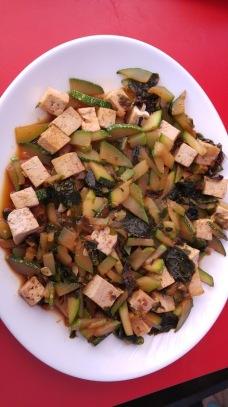Calabacines salteados con algas ,tofu y salsa de soja