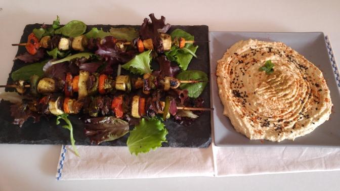 Brochetas de pechuga de palomo con verduras hummus.Dieta mediterránea