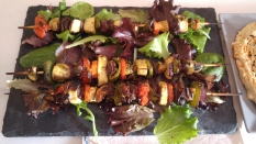Brochetas de pechuga de palomo y verduras