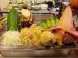 Diferentes tipos de frutas y verduras cortadas en láminas muy finas