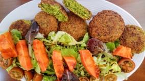 Falafel y ensalada de Papaya