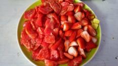 Tomates,fresas,jengibre y unos aros de chile rojo
